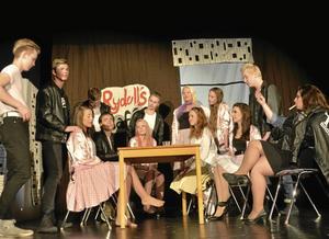 """Rydell high. IKumlaby skolas musikal """"Flott värre"""" hamnar publiken mitt bland ungdomar 1958. Musikalen är inspirerad av Grease.Foto: Liv Alsterlund"""