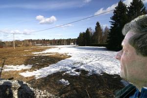 På Gyttorps gärde vill ridklubben med ordförande Håkan Kangert bygga en terrängbana och använda som betesmark, så att det inte växer igen.
