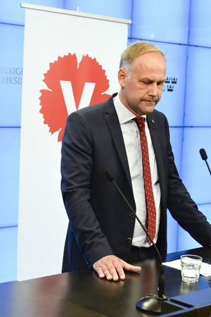 En besviken Jonas Sjöstedt håller presskonferens efter mötet med Stefan Löfven.