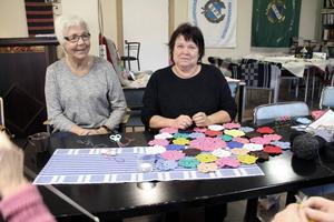 Ulla Adolfsson och Ann Charlott Rosén träffas en gång varannan vecka i den livaktiga handarbetsgruppen.