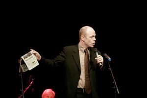 Konferencieren Jacke Sjödin sjöng om händelser han läst om i Hudiksvalls tidning.