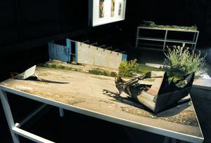 Andreas Johansson visar öde platser i tredimensionella bilder i papper.
