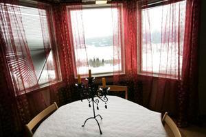 När molnen lättar reser sig Åreskutan utanför familjen Martis fönster.
