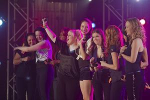A capella-gruppen Barden Bellas. Har mycket att bevisa i mästerskapen som de, mycket nesligt, förlorade året innan.