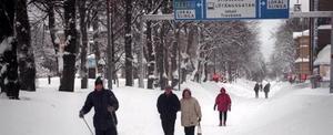 Människor på väg till jobbet i början av december 1998. Det värsta snöfallet drog in över Gävle lördagen den 5 december.