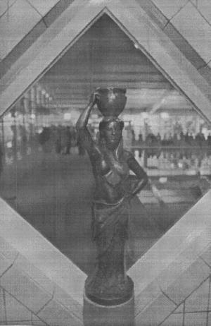 Renhetsgudinnan Afrodite placerades vid ingången till badanläggningen.