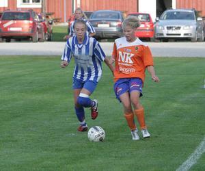 Trönös Michelle Friberg och Bollnäs Emma Roos hade många dueller under den första halvleken. Trönö vann med 3–0 hemma på IP.