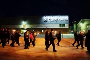 I stort sett samtliga  100 anställda gick i fackeltåget från fabriken till bygdegården när en kraftsamling mot fabriksnedläggningen i Tandsbyn manifesterades i går kväll. Efter fackeltåget hölls stormöte i bygdegården med lokalpolitiker och fackliga företrädare.
