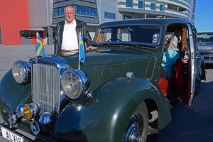 Kebbe Kristoffersson med en av sina bilar vars registreringsskylt är lite speciell. Den heter Alvis 1 och är just en Alvis TA14 från 1948.