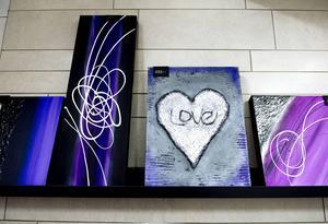 Monica säljer även sin egen konst i entrén till företaget.
