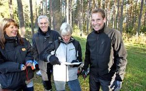 De är lärare i idrott och hälsa på Hagagymnasiet och Soltorgsgymnasiet. Deras mål är att eleverna ska uppskatta sin dag i skogen, berättar Carina Östman, Sture Sjödin, Lena Hultdin och Hans-Martin Isberg.-- Många sitter inne alldeles för mycket. Det vet
