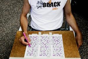 MED VAN HAND. Tre bingobrickor samtidigt är inte några problem för Christer Landström.