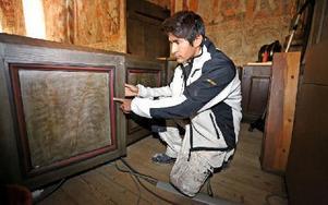 Amir Naseri kan beskåda sitt specialarbete i Vika kyrka där han målade nybyggd inredning i gammal stil. Foto: Johnny Fredborg