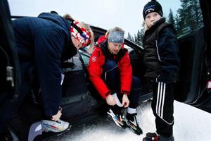 Bångmans från Tulleråsen tillsammans med Olivia Hammarberg diskuterade materialval innan de gav sig ut i spåret. Och vallan. Vilken skulle det bli? Temperaturen låg på strax över noll grader och det visade sig vara svårvallat.