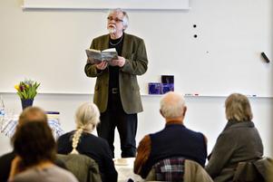 Författaren Bernt-Olov Anderssons är van att läsa ur sina böcker. I år är han aktuell som 1:a maj-talare i Sandviken.