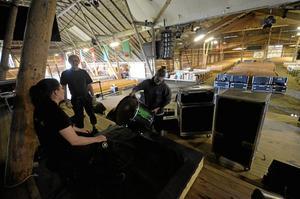 Ljud. Linnea Carell, Benjamin Pilkvist och Eine Pettersson är några av dem som ser till att det blir ljud i stora mötesladan med plats för 4 000 besökare. Foto: Jan Wijk