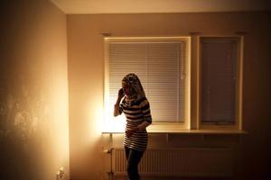 Nour berättar för föräldrarna i Egypten om flytten. Foto: Susanne Kvarnlöf