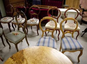 Nyrokokostil. Utropspris 200 styck. Stolar från slutet av 1800-talet får du billigt på auktion.