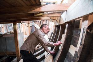 Renoveringen av pråmen Albert i Hallstahammar drivs som ett arbetsmarknadsprojekt för arbetslösa. Markku Tuomikoski var en av flera som arbetade vid VLT:s besök på Albert 30 maj. Tidigare arbetade han inom industrin i Virsbo.