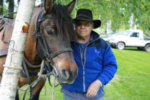 Curt Hellsten hämtade hästen Uggle för återfärd till Sunnangården. Uggle och hästkompisen Lindeman fick stå ett slag i skuggan.