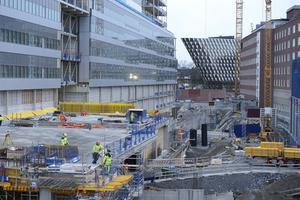 Att likt S och SD vilja stoppa arbetskraftsinvandringen skulle slå hårt mot Nya Karolinska som byggarbetsplats, skriver Torbjörn Rosdahl.