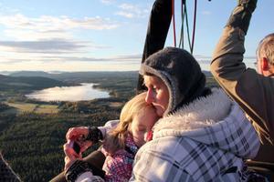 En lycklig Åsa Iggström kramar dottern Sanna, högt ovanför Järvsö.
