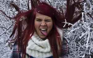 fotade min fina vän vilket resulterade i denna bild. Det blev riktigt härliga konstraster mellan snön och håret.