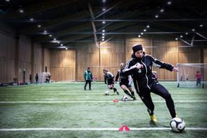 Sofia Ihrén med boll under en övning.