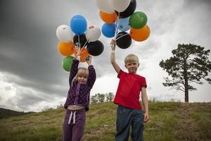 Liv Grängzell, 4 år och Vide Grängzell, 6 år från Funäsdalen hade samlat ihop 17 ballonger tillsammans.