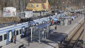 Det har gått mer än en månad sedan pendeln senast stannade i Ösmo och resten av kommunen.
