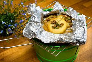 Äpplen är som gjorda för att grilla. Här i foliepaket med rosmarin, kanel och calvados.