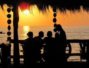Populärt att njuta av både maten och solnedgången på Koh Lanta i Thailand.
