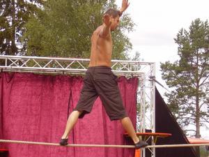 På lina. Så här såg det ut när cirkusgruppen Bascule Catastrophe uppträdde vid förra årets festival. Foto:Privat