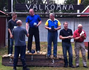 Så här såg det ut vid prisutdelningen strax efter SM-tävlingarna i Småland. Högst upp på pallen står guldmedaljören i nordisk trap Anders Runnkvist och vid sina sidor har han Chistopher Lindkvist, silver och Lennart Andersson, brons.