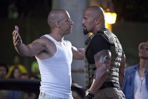 """Hett möte. Skurken Vin Diesel och för ovanlighetens skull polisen Dwayne """"The Rock"""" Johnson."""