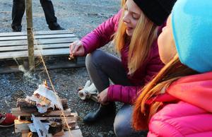 Uppgiften var att tända upp en eld tills snöret brann av. Frida Larsson-Lunnehed och hennes klasskompisar i vinnarlaget visade prov på kreativitet.