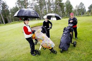 LT:s damgolf lockade ett stort startfält till Frösöns golfbana på lördagen. Joan Miriam Göransson, Birgitta Samuelsson och Gunvor Odelberg trivdes i det något höstruskiga vädret.
