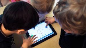 Insändarskribenten tycker att man ska börja senare att lära barnen digital utveckling. Fotograf: Lars Pehrson/TT.