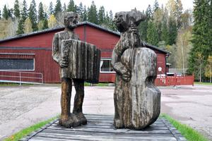 Bengt Swenson vill att skadorna som har uppstått på skulpturen Spelmän ska besiktas.