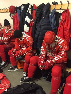 Sorgen i ett omklädningsrum. Mot Luleå spelade Timrå IK:s 15-åringar med sorgeband på eget initiativ.