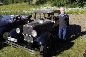 Olle Fors med bilen som han ägnade sju år på att fixa till det skick det är idag.