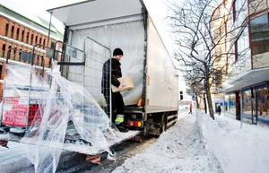 Det blev tvärstopp  för Arne Johansson som skulle bära över varor till en restaurang på Färjemansleden. Snö-vallarna var ännu inte bortskottade.