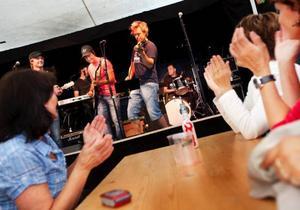 """Många besökte Sommarlandet för att lyssna på Ständut Blakk i går kväll. De spelade bland annat en egen version av """"Oh boy vilket vackert väder""""."""