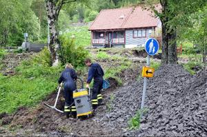 En störtflod av lera och jord har forsat ner över den här fastigheten vid Åre fjällby. Räddningstjänsten hjälper till att städa upp.