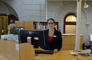 Ida Norberg som arbetar som bibliotekarie är en av många som lider av ryggvärk.