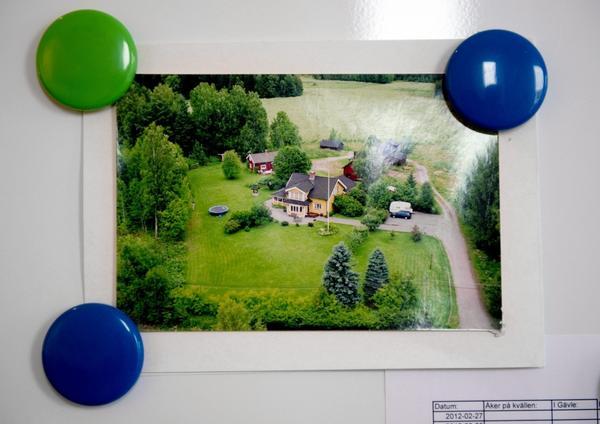 En nybyggd lägenhet mitt i storstan är långt ifrån hur Sofie har växt upp. Föräldrahemmet utanför Katrineholm har fått en egen plats på kylskåpet.
