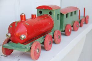 I både lok och personvagn finns det små figurer, lokförare och passagerare. Lok och vagnar kan vara från 1920- eller 30-tal.