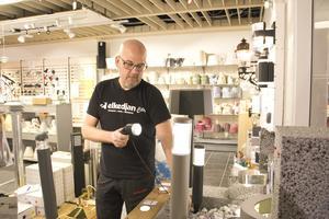 Jonas Ahlquist på Elkedjan city Ampere i Västerås tycker att man ska prova innan man bestämmer sig för var i trädgården man ska montera belysningen.