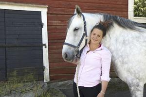 """Hanna Askered är i stallet även på fritiden – här med sin privata warlanderhäst She's all that, """"Shess"""", som också står på Morsta gård."""