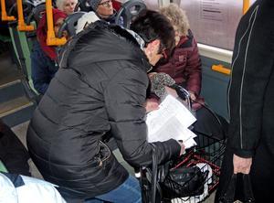 Många skriver på namnlistorna, som Annelie Nyhlen sedan lämnar över till kommunen.